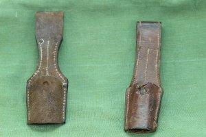 2 Messerscheiden, Rindleder, mit Gürtelschlaufe
