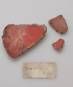 """""""Palast des Tiberius auf Capri"""" - 3 kl. Fragmente, pompejanisch rot mit weissgrauem Farbabsatz"""