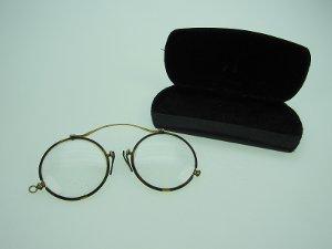 Brille mit Etui aus Metall