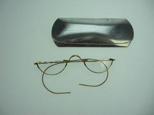 Brille mit Etui aus Aluminium