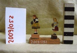 2 Kinder mit Blumen, Holzspielzeug