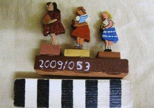3 Kinder mit Blumen, Holzspielzeug